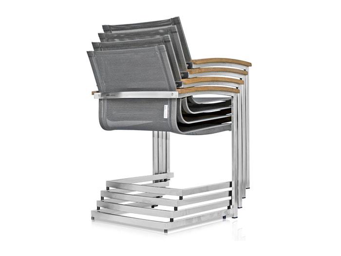 Die Abbildung zeigt den Sessel Setax, abweichend mit TeakArmlehne